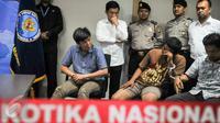 Berdasarkan tes urine oleh BNN, Ahmad Wazir Noviadi (kiri) positif mengkonsumsi narkoba, Jakarta, Senin (14/3/2016).  Noviadi sudah lama diduga menjadi pelaku penyalahgunaan narkoba dan menjadi target BNN sejak 3 bulan lalu. (Liputan6.com/Yoppy Renato)
