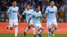 Para pemain Lazio merayakan gol yang dicetak Adam Marusic ke gawang Inter Milan pada laga Serie A Italia di Stadion Olimpico, Roma, Minggu (20/5/2018). Lazio kalah 2-3 dari Inter. (AP/Angelo Carconi)