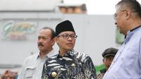 Walikota Malang, Sutiaji, menyaksikan latihan perdana Arema di Stadion Gajayana, Kota Malang, Kamis (10/1/2019). (Bola.com/Iwan Setiawan)