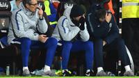 Manajer Chelsea, Maurizio Sarri (kanan) tertuduk saat laga melawan Bournemouth pada lanjutan pekan ke-24 Premier League 2018-2019 di Bournemouth, Inggris, Rabu (30/1). Chelsea kalah 4-0. (Glyn KIRK/AFP)
