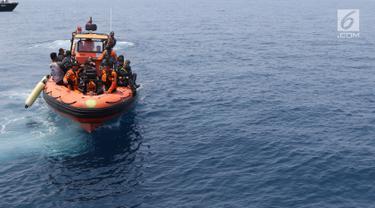 Tim Basarnas melakukan pencarian korban maupun serpihan pesawat Lion Air JT-610 di perairan Karawang, Jawa Barat, Rabu (31/10). Hingga hari ketiga, pencari korban jatuhnya Lion Air JT-610 terus dilakukan. (Liputan6.com/Helmi Fithriansyah)