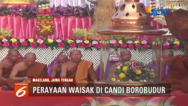 Menteri Agama juga ikut menerbangkan lampion bersama para biksu sebagai simbol saling menghormati antar umat beragama.