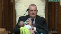 Ketua DPR Selandia Baru, Trevor Mallard menyusui bayi rekannya.(Twitter)