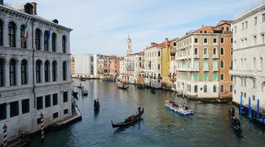 Kesibukan pada kanal yang terdapat di Venesia. Kanal menjadi salah satu rute yang ditempuh warga dan wisatawan untuk menjelajahi pulau demi pulau. (Liputan6.com/Marco Tampubolon)