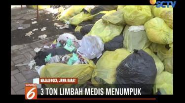 Sebagian limbah medis menumpuk di luar gedung karena kondisi gudang penuh.