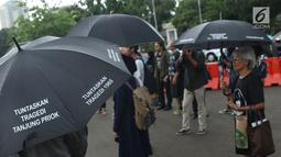 Jaringan Solidaritas Korban melakukan aksi Kamisan ke-562 di depan Istana Merdeka, Jakarta, Kamis (15/11). Mereka meminta pemerintah segera menyelesaikan kasus pelanggaran HAM berat masa lalu khususnya Tragedi Semanggi 1. (Liputan6.com/Helmi Fithriansyah)