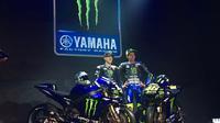 Pembalap Monster Energy Yamaha, Valentino Rossi (kanan) dan Maverick Vinales, meluncurkan motor baru untuk MotoGP 2019 di Hotel Four Season, Jakarta, Senin (4/2/2019). (Bola.com/Benediktus Gerendo Pradigdo)