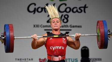 Tayla Howe dari Wales mengangkat beban dalam final 90kg angkat besi wanita selama Commonwealth Games 2018 di Gold Coast, Australia (9/4). (AFP Photo/William West)