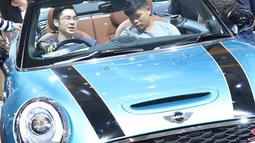Pengunjung mengecek kondisi mobil yang dipamerkan pada Indonesia International Motor Show 2018 di JIExpo, Jakarta, Minggu (29/4). Hingga Jumat (27/4), IIMS 2018 telah mencatatkan angka kunjungan 408.352 orang. (Liputan6.com/Helmi Fithriansyah)