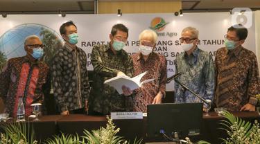 Presdir PT Provident Agro Tbk (PALM) Tri Boewono (ketiga kiri) saat berbincang dengan Presiden Komisaris, Komisaris Independen dan jajaran Direktur di sela RUPST dan RUPSLB) di Jakarta, Kamis (30/7/2020). PALM mencatatkan kenaikan pendapatan 25% pada Semester I-2020. (Liputan6.com/Fery Pradolo)