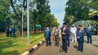 Presiden Joko Widodo atau Jokowi meninjau pameran alutsista usai memimpin upacara HUT ke-76 RI di Istana Merdeka Jakarta, Selasa (5/10/2021).  (Liputan6.com/ Lizsa Egeham)