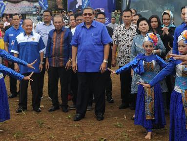 Ketua Umum Partai Demokrat Susilo Bambang Yudhoyono (SBY) menghadiri pengobatan massal di Ciampea, Bogor, Jawa Barat, Senin (26/3). SBY didampingi Ani Yudhoyono dan Ketua Fraksi Demokrat DPR RI Edhie Baskoro Yudhoyono atau Ibas. (Merdeka.com/Arie Basuki)