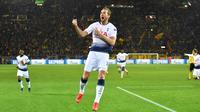 Penyerang Tottenham Hotspur Harry Kane berselebrasi usai mencetak gol ke gawang Borussia Dortmund pada leg kedua babak 16 besar Liga Champions di Stadion BVB, Dortmund, Jerman, Selasa (5/3). Tottenham lolos ke perempat final. (Bernd Thissen/dpa via AP)