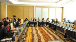 Suasana saat Ketua Komite Ekonomi dan Industri Nasional atau KEIN Soetrisno Bachir (tengah) berdiskusi dengan media di Jakarta, Senin (27/5/2019). Diskusi tersebut membahas percepatan investasi dan ekspor untuk mendorong pertumbuhan yang berkualitas. (Liputan6.com/Angga Yuniar)