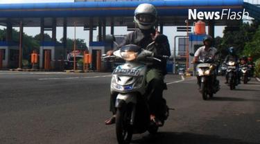 Hujan deras mengguyur wilayah Jakarta dan sekitarnya sejak dini hari tadi. Akibatnya, sejumlah wilayah banjir dan ruas jalan tergenang sehingga tidak bisa dilewati kendaraan bermotor. Banjir Jakarta membuat sepeda motor nekat melintas di jalan tol