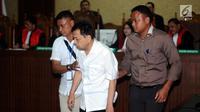 Tersangka korupsi proyek E-KTP Setya Novanto (tengah) saat mengikuti sidang perdana di Pengadilan Tipikor, Jakarta, Rabu (13/12). Sidang beragendakan pembacaan dakwaan dari Jaksa Penuntut Umum KPK. (Liputan6.com/Helmi Fithriansyah)