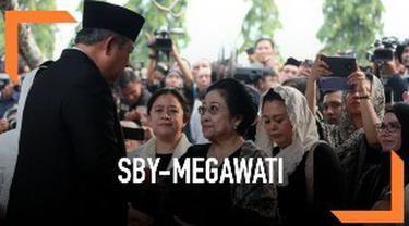 Jabat tangan antara SBY dan Megawati di pemakaman Ani Yudhoyono menarik perhatian warganet.