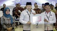 Ketua Umum Perindo Harry Tanoesoedibjo (tengah) mendapatkan nomor 9 sebagai peserta pemilu 2019 saat pengundian nomor urut parpol di kantor KPU, Jakarta, Minggu (19/2). (Liputan6.com/Faizal Fanani)