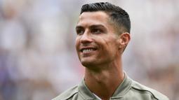 Striker Juventus, Cristiano Ronaldo, bersiap jelang melawan Sassuolo pada laga Serie A di Stadion Juventus, Turin, Minggu (16/9/2018). CR 7 cetak dua gol, Juve menang 2-0 atas Sassuolo. (AFP/Miguel Medina)