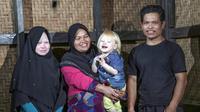 Dari kiri: Dewi Resmana,13, Siti Rohmah, 33, Jajang Gunawan 2,5; Ujang Nana Suryana, 33, salah satu keluarga keturunan Albino di Desa Ciburuy, Jawa Barat. (Salman Toyibi/Jawa Pos)