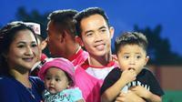 Gelandang Madura United, Slamet Nurcahyo, bersama istri dan kedua anaknya. (Bola.com/Zaidan Nazarul)