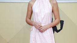 Millie Bobby Brown berpose di karpet merah ajang Screen Actors Guild (SAG) Awards di Los Angeles, Minggu (21/1). Bintang serial Stranger Things ini mengenakan gaun sequin warna pink dengan train panjang menyentuh lantai. (Frazer Harrison/GETTY IMAGES/AFP)