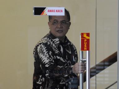 Senior Vice President Legal Corporate PT PLN Dedeng Hidayat usai menjalani pemeriksaan oleh penyidik di Gedung KPK, Jakarta, Rabu (15/5/2019). Dedeng diperiksa sebagai saksi untuk tersangka Dirut nonaktif PLN Sofyan Basir. (merdeka.com/Dwi Narwoko)