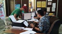 Muhammad Hasanain (22), dokter di Palembang melaporkan kasus penipuan pembelian masker ke SPK Polrestabes Palembang (Liputan6.com / Nefri Inge)