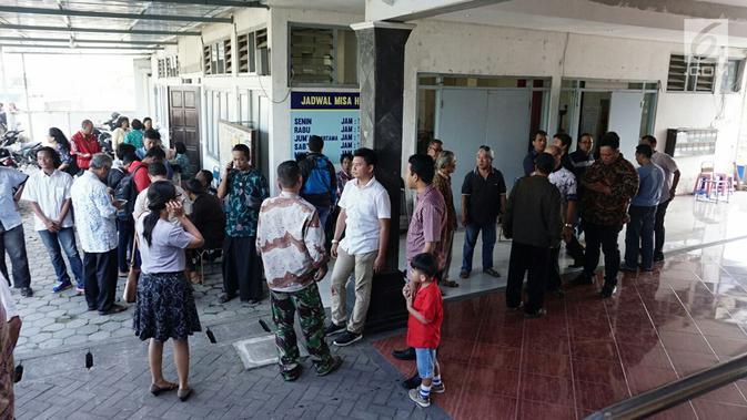 Sejumlah jemaat berkumpul di luar ruangan usai penyerangan Gereja St Lidwina Bedog, Sleman, Yogyakarta, Minggu (11/2). (Liputan6.com/Arya Manggala)