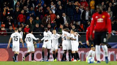 Pemain Valencia merayakan gol Carlos Soler ke gawang Manchester United (MU) pada babak penyisihan Grup H Liga Champions di Stadion Mestalla, Valencia, Spanyol, Rabu (12/12). Valencia menang 2-1 atas MU. (AP Photo/Alberto Saiz)
