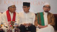 Cawapres Sandiaga Uno (tengah) ditemani Presiden PKS Sohibul Iman (kiri) dan Ketua Majelis Syuro PKS Salim Segaf Al-Jufri (kanan) saat menghadiri maulid Nabi Muhammad SAW di DPP PKS, Jakarta, Minggu (13/1). (Liputan6.com/HO)