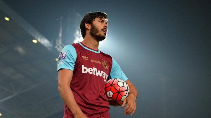 Bek West Ham, James Tomkins, saat memainkan laga kontra Manchester United di Boleyn Ground. (GLYN KIRK / AFP)
