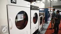 Pengunjung melihat mesin Laundry saat pameran di Expo Clean & Expo Laundry di Jakarta, Kamis (6/4). Pameran tersebut diselenggarakan pada 7-9 April 2016 dan menampilkan 300 exhibitor dari dunia kebersihan dan laundry. (Liputan6.com/Faizal Fanani)