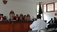 Saksi meringankan untuk terdakwa Billy Sindoro, Edward P. Siringoringo memberikan keterangan di Pengadilan Tipikor Bandung. (Huyogo Simbolon)