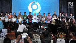 Menteri Ketenagakerjaan Hanif Dhakiri foto bersama perwakilan pemerintah daerah usai memberi penghargaan dalam Indeks Pembangunan Ketenagakerjaan (INTEGRA) 2018 di Kantor Kemnaker, Jakarta, Senin (19/11). (Merdeka.com/Iqbal Nugroho)
