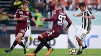 Striker Juventus, Paulo Dybala, berusaha melewati pemain Torino pada laga Serie A, Italia, di Stadion Allianz, Sabtu (23/9/2017). Juventus menang 4-0 atas Torino. (AFP/Filippo Monteforte)