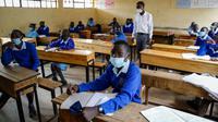 Para siswa menghadiri kelas tatap muka di Sekolah Dasar Olympic di Kibera, salah satu daerah termiskin di ibu kota Nairobi, Kenya, Senin (12/10/2020). Kenya membuka kembali sebagian sekolah pada Senin 10 Oktober, setelah ditutup sejak Maret lalu akibat pandemi corona COVID-19 (AP Photo/Brian Ingang)