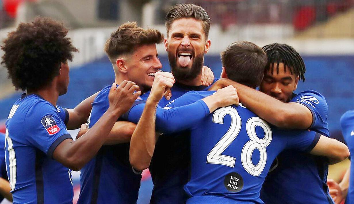 Para pemain Chelsea merayakan gol yang dicetak oleh Olivier Giroud ke gawang Manchester United pada laga Piala FA di Stadion Wembley, Minggu (19/7/2020). Chelsea menang dengan skor 3-1. (AP/Alastair Grant, Pool)