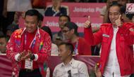 Presiden Joko Widodo mengacungkan dua jempol memberi semangat atlet wushu, Lindswell Kwok di Asian Games 2018, Jakarta, Senin (20/8). Jokowi tampil menggenakan jaket merah saat menyaksikan langsung penampilan Lindswell. (Bola.com/Vitalis Yogi Trisna)