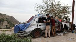 Anak-anak membeli permen di sebuah toko darurat di kawasan Jabal Sabr, Yaman pada 28 September 2019. Majd al-Din al-Shamiri (16) mengubah mobil keluarganya yang rusak parah, akibat perang yang melanda, menjadi toko darurat untuk mencari nafkah di tengah keadaan sulit. (Ahmad AL-BASHA/AFP)