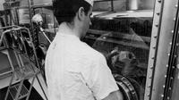 Seorang teknisi lab mempelajari burung puyuh Jepang yang terpapar sampel Bulan. Sampel ini dikumpulkan oleh misi Apollo 11. (NASA)