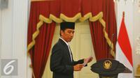 Presiden Jokowi usai memberikan keterangan pers mengenai kuota haji di Istana Merdeka, Rabu (11/1). Kuota Haji 2017 mendapatkan kenaikan sebesar 10.000, yang sebelumnya 211.000 kuota menjadi 221.000 kuota. (Liputan6.com/Angga Yuniar)