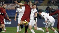 Pemain AC Milan, Alessio Romagnoli menghalau bola dari kejaran pemain AS Roma, Edin Dzeko pada lanjutan Serie A di Rome Olympic stadium, (25/2/2018). AC Milan menang 2-0. (AP/Alessandra Tarantino)