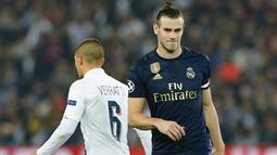Winger Real Madrid, Gareth Bale bereaksi setelah golnya ke gawang Paris Saint-Germain (PSG) dianulir wasit pada laga Grup A Liga Champions di Parc des Princes, Rabu (18/9/2019). Real Madrid kalah telak dengan skor 0-3. (GEOFFROY VAN DER HASSELT / AFP)