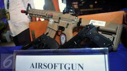 Pistol angin atau airsoftgun yang disita petugas bea dan cukai di Bandara Soekarno Hatta, Tangerang, (16/2). Petugas menggagalkan ekspor maupun impor berbagai jenis barang yang dianggap terlarang. (Liputan6.com/Faisal R Syam)