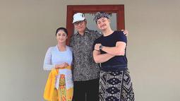 Dalam kunjungannya ke Bali, ia pun sempatkan untuk mampir di kediaman Wakil Bupati Badung, Bali. Terlihat bahwa DP dan suami sangat akrab dan malah menginap di kediamannya. (Liputan6.com/IG/@dewiperssikreal)