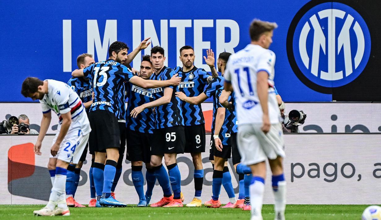 Para pemain Inter Milan merayakan gol yang dicetak oleh Lautaro Martinez ke gawang Sampdoria pada laga Liga Italia di Stadion Giuseppe Meazza, Sabtu (8/5/2021). Inter Milan menang dengan skor 5-1. (AFP/Miguel Medina)