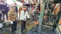 CEO PTPN V Jatmiko Santosa bersama Bupati Kampar Catur Sugeng mencoba menempa besi di Rumbio Jaya Steel. (Liputan6.com/M Syukur)