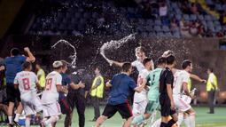 Para pemain Spanyol merayakan gelar juara Piala Eropa U-19 usai mengalahkan Portugal di Yerevan, Armenia, Sabtu (27/7). Spanyol menang 2-0 atas Portugal. (AFP/Karen Minasyan)