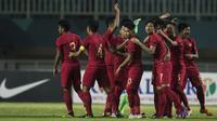 Para pemain Timnas Indonesia bersiap menghadapi China pada laga PSSI 88th U-19 di Stadion Pakansari, Jawa Barat, Selasa (25/9/2018). Indonesia kalah 0-3 dari China. (Bola.com/Vitalis Yogi Trisna)